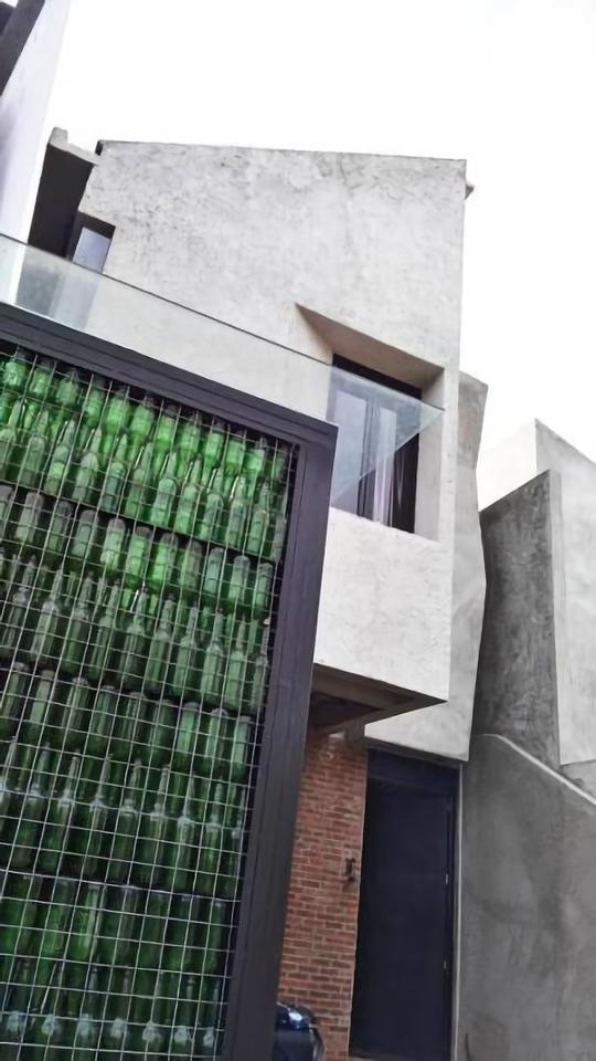 Rumah karya Akanoma Yu Sing yang ramah lingkungan dengan memanfaatkan botol bekas untuk tempat jemur(sumber: arsitag.com)