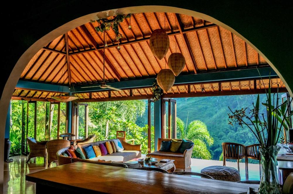 Rumah gaya etnik Bali bergaya eklektik [Sumber: infobisnisproperti.com]