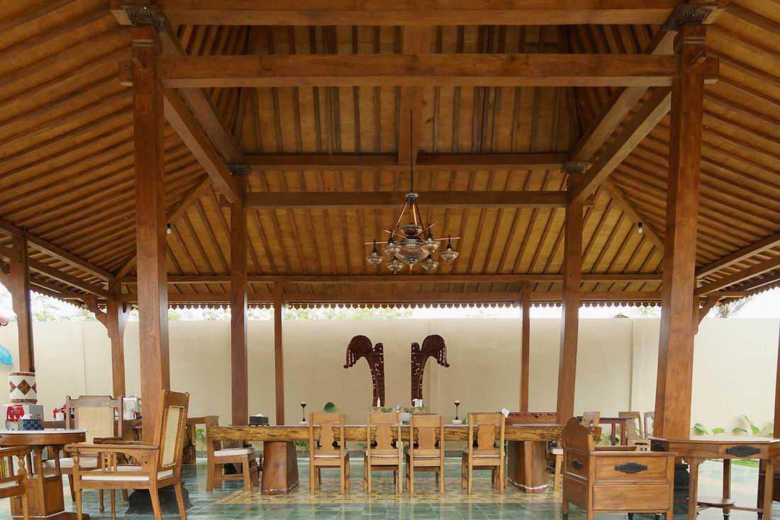 Pendopo pada rumah gaya etnik Joglo Ksatrian karya MOM Architect [Sumber: arsitag.com]