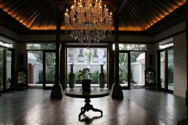 Teknik pencahayaan pada desain rumah etnik jawa klasik Residential karya Rudy Dodo [Sumber: arsitag.com]