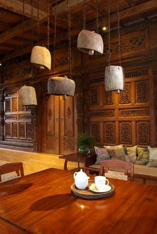 Teknik pencahayaan pada desain rumah tradisional sederhana Javanese Reclaimed Wooden House karya Iwan Sastrawiguna [Sumber: arsitag.com]