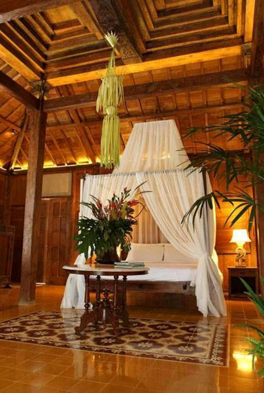 Tirai pada desain rumah tradisional sederhana Javanese Reclaimed Wooden House karya Iwan Sastrawiguna [Sumber: arsitag.com]