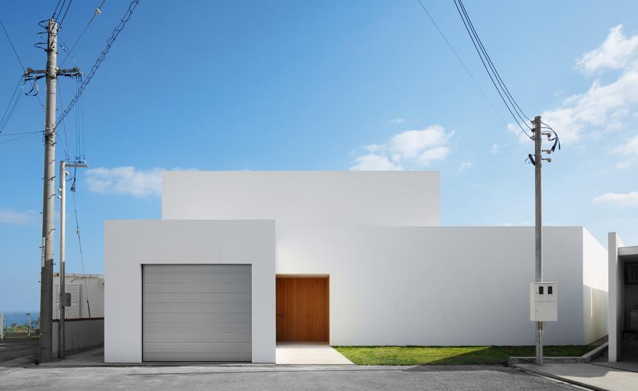 Satu konsep yang diperjuangkan oleh para arsitek Jepang adalah privasi. Setelah Perang Dunia Kedua, permintaan akan permukiman baru menyebabkan berkembangnya pembangunan rumah beton prefabrikasi, dan percepatan pertumbuhan ekonomi di era ini menarik lebih banyak orang ke kota daripada pedesaan.