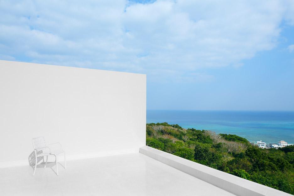 Arsitektur rumah Jepang minimalis Okinawa house karya John PawsonArchitects [Sumber: dezeen.com]