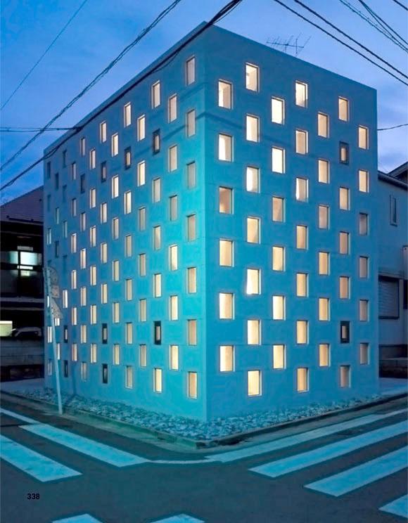 Modul struktur baja yang menyelubungi dinding rumah minimalis Jepang karya Atelier Tekuto ini tidak hanya menciptakan pola kaca kotak-kotak pada dinding eksterior, namun juga berfungsi sebagai rak di bagian interior rumah. Keren, bukan?