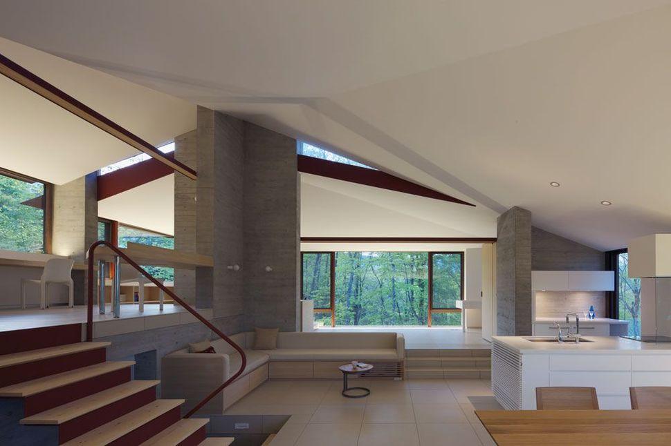 Villa di Nagano ini terletak di puncak bukit di salah satu area vila Karuizawa di Nagano, Jepang. Cell Space Architects merancangnya dengan memanfaatkan pemandangan di keempat sisinya.