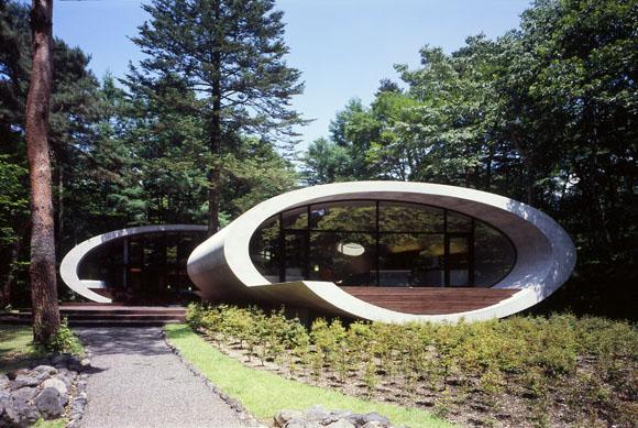 Filosofi tradisional Zen Jepang mengilhami esensi alami sederhana yang ditemukan dalam arsitektur dan desain minimalis. Garis, bentuk, ruang, cahaya, dan material adalah beberapa elemen penting yang menjadi inti estetika desain yang sangat populer ini.