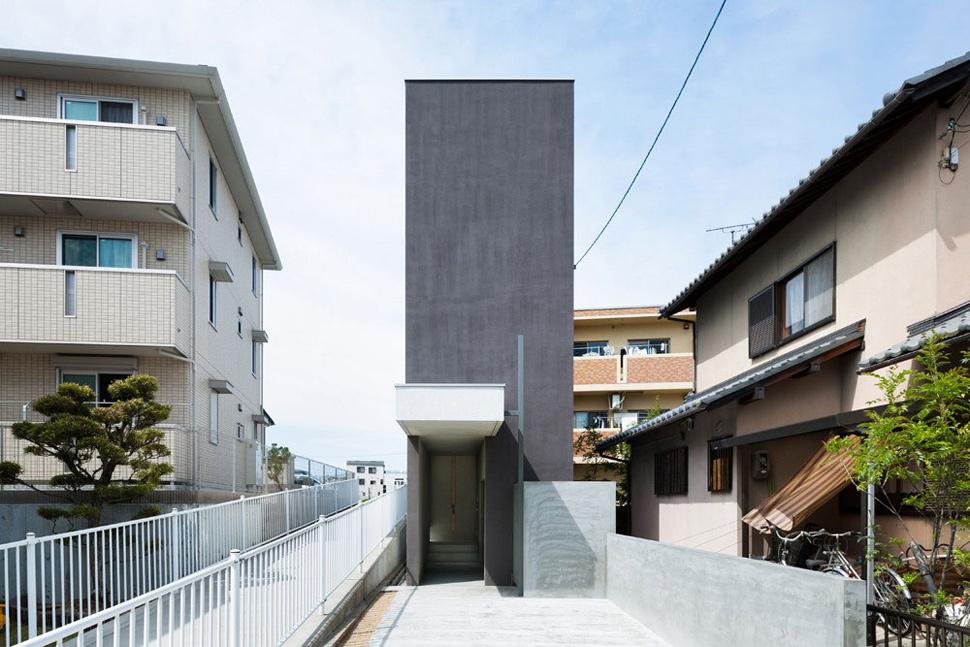 FORM/Kouichi Kimura Architects merancang Promenade House di Shiga Prefecture, Jepang, yang memberikan tampilan minimalis di jalan perkotaan yang sibuk. Dengan luas lantai yang sempit namun panjang, rumah ini memanfaatkan setiap bagian penting dalam interior rumah, tanpa membuang banyak area.