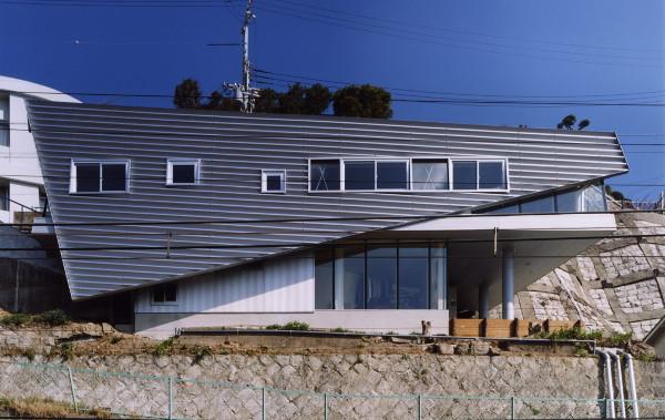 Para inovator berusaha menafsirkan ulang beton sebagai material kreatif. Namun, keseimbangan itu terlalu sering ditampilkan oleh tuntutan kehidupan kota dan beberapa orang mencari material alternatif lain.