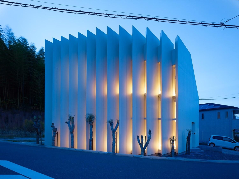 Dengan kemunculan teknologi mutakhir, gaya rumah Jepang modern telah berada di garis depan dalam berbagai desain inovatifnya. Mengadaptasi desain louvre vertikal memberikan tampilan unik pada rumah di Kyoto karya Fujiwara Muro architects.