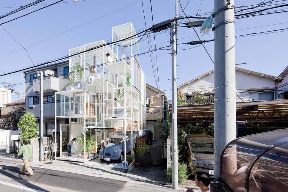 Dibangun di Tokyo, rumah yang benar-benar unik karya Sou Fujimoto Architects ini tampaknya hampir menyerupai sculpture vertikal daripada tempat tinggal, terletak di antara rumah-rumah yang lebih konvensional di jalan perkotaan yang sibuk. Rumah ini memiliki fasad yang didominasi oleh dinding kaca dan rangka logam putih, yang berada dalam komposisi geometri yang tampaknya acak sehingga jauh dari konsep privasi seperti kebanyakan gaya rumah Jepang di perkotaan.