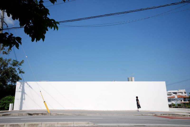 """Desain rumah linier yang luar biasa di Okinawa ini adalah karya firma arsitektur Jepang Shinichi Ogawa & Associates. Bentuk yang panjang dan ramping, rumah linier sederhana ini memiliki dimensi """"lorong"""" unik terkesan lapang dan memanfaatkan cahaya alami."""