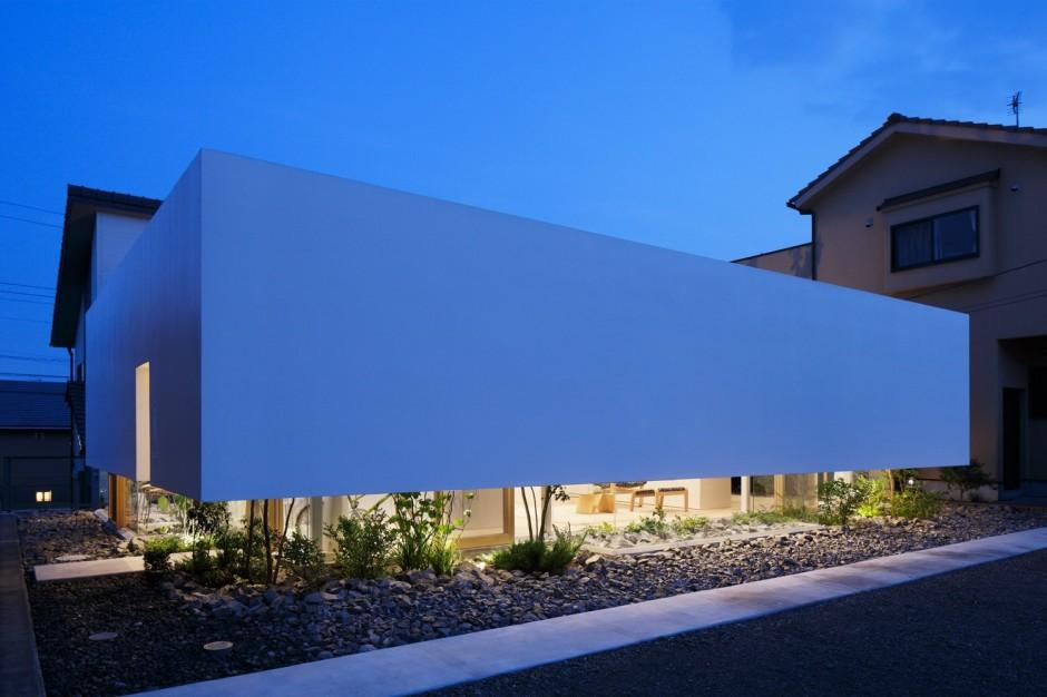 Rumah dengan fasad seolah-olah mengambang dan tertutup ini dinamai Green Edge mA-style Architects, yang menambahkan elemen alami ke dalamnya, dengan cerdas menggabungkan cahaya dan udara sekaligus menjaga privasi.