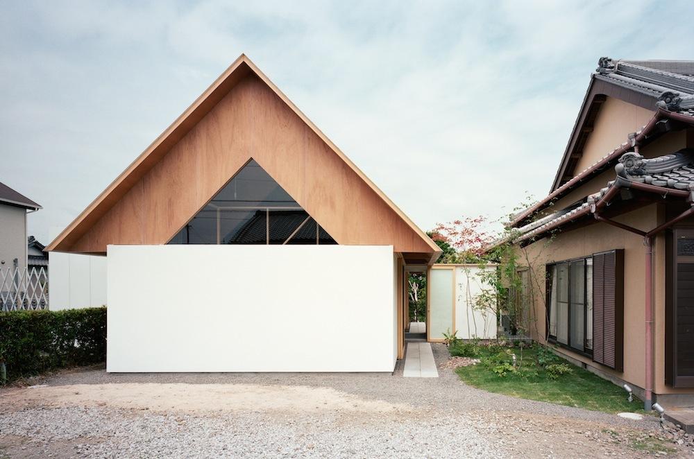 Furnitur merupakan elemen penting dalam arsitektur rumah Jepang modern yang membuat ruangan tidak terasa sesak atau berantakan sehingga menampilkan keindahan material dan memantulkan cahaya alami. Interior rumah Jepang modern ini merupakan bukti budaya Zen minimalis yang berfokus pada penciptaan ruang menggunakan cahaya alami, material, dan ruang untuk memungkinkan energi negatif mengalir melewatinya.