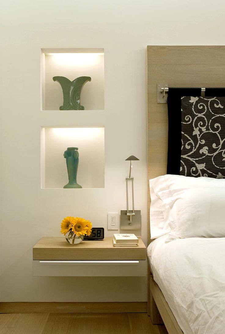 Tempat penyimpanan, seperti meja samping tempat tidur dengan laci atau bahkan meja rias kecil, bisa juga ditempelkan ke dinding. Trik ini dapat melapangkan ruang di bawahnya untuk menyembunyikan barang, kotak atau keranjang penyimpanan pernak-pernik Anda.