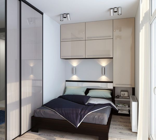 Cara lain untuk meningkatkan fungsi pintu di kamar tidur Anda adalah menggantinya dengan bahan tembus cahaya atau reflektif. Pintu geser dari kaca buram tentu dapat mengurangi kesan sempit dan tertutup pada sebuah ruangan kecil. Demikian pula, pintu lemari dari cermin bisa membuat ruangan terasa lebih lapang.