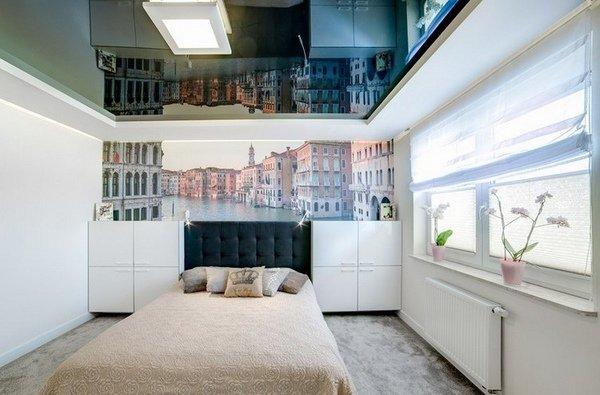 Ingin ruangan yang istimewa, berkesan sangat mewah dan berkelas ala kamar hotel mewah? Anda bisa memadukannya dengan cermin berukuran dramatis pada desain langit-langit atau plafon yang akan membuat ruangan tampak sangat lapang dan lebih cerah.