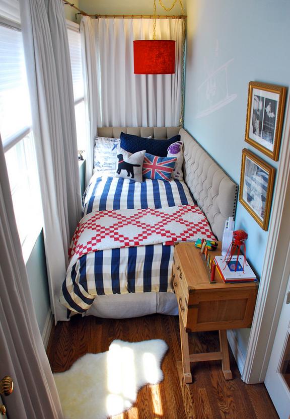 Gunakan warna cat yang berbeda atau kertas dinding berpola geometris untuk dinding tempat tidur, dipadukan bahan kain pada tempat tidur dengan motif senada. Anda juga bisa memilih furnitur, benda seni atau lampu dengan desain khusus.