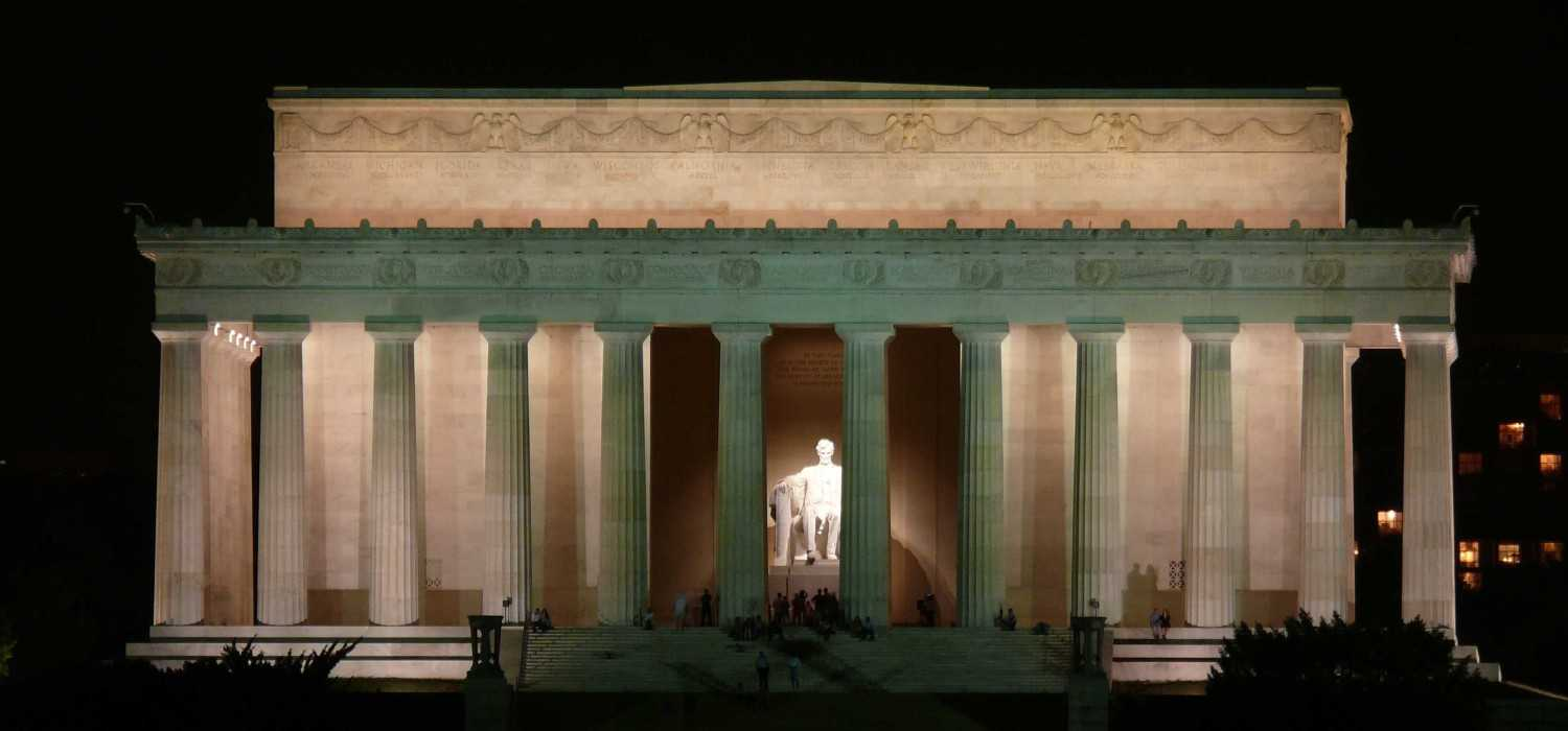 Lincoln Memorial (Sumber: traveldigg.com)