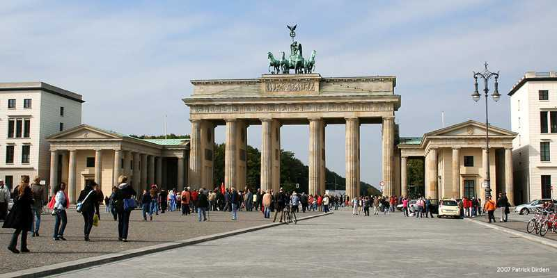 Brandenburger Tor di Berlin (Sumber: www.boundingoveroursteps.com)