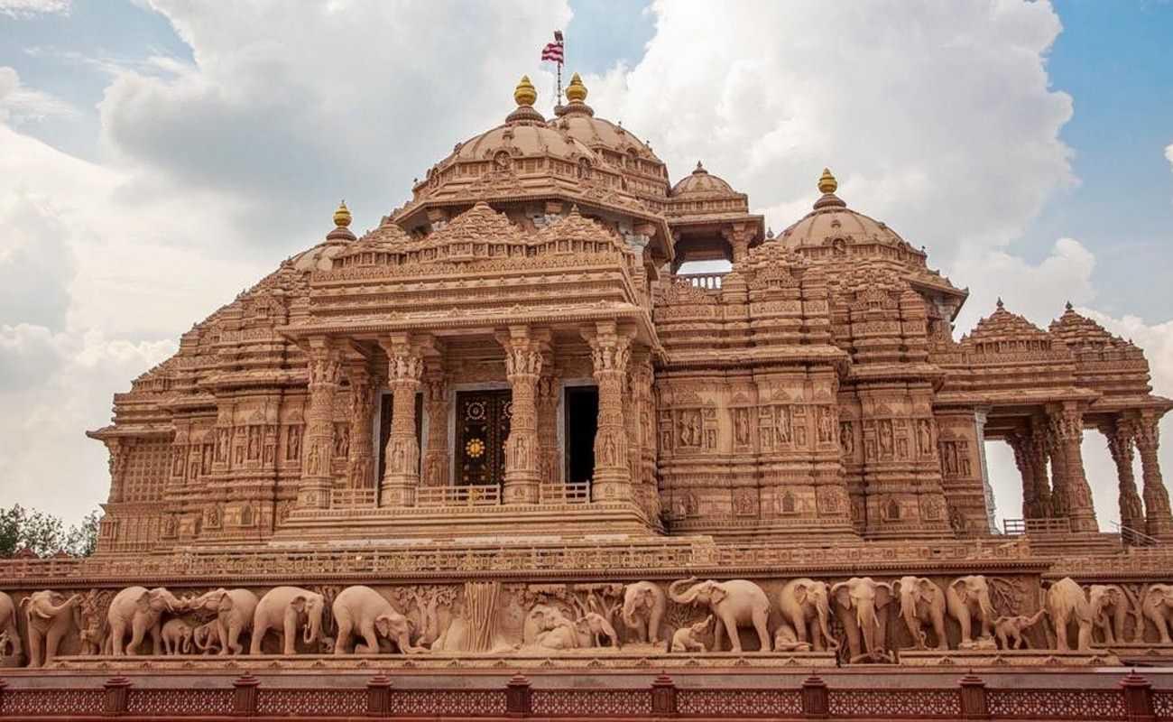 Kuil Akshardham, New Delhi (Sumber: www.thrillophilia.com)