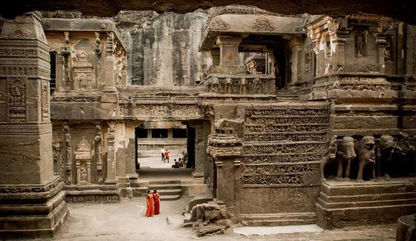 Gua Ellora, di dalam kuil Kailash (Sumber: realhistoryww.com)