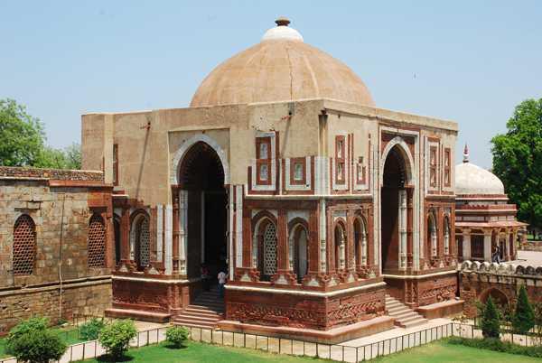 Qutub Minar di New Delhi (Sumber: www.mapsofindia.com)