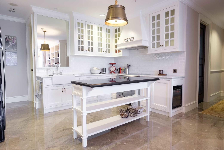 Dapur mewah klasik Scandinavian Penthouse Residence In Jakarta karya emilia oei [Sumber: arsitag.com]