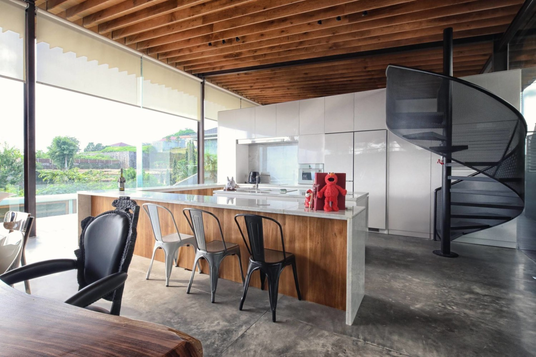 Anda mungkin menginginkan gaya dapur mewah industrial Scandinavian dengan finishing lantai beton, rak bangku kayu ringan dan lampu ide putih dan hitam seperti Revahouse karya Revano Satria berikut.