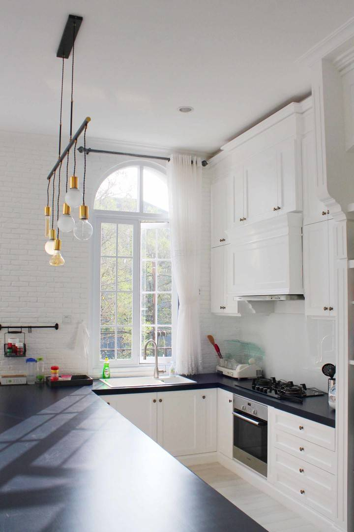 Tata cahaya pada dapur mewah klasik Scandinavian HE-House karyaNico Gowindra [Sumber: arsitag.com]