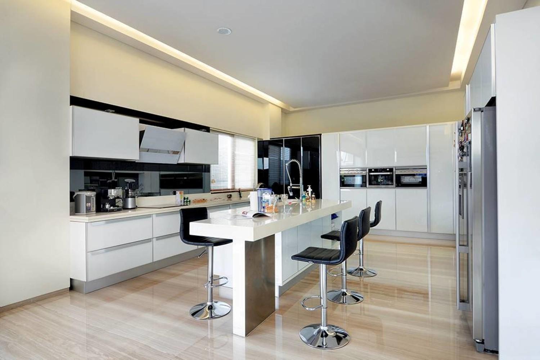 Desain dapur rumah mewah Green Garden House karya Studio Denny Setiawan [Sumber: arsitag.com]