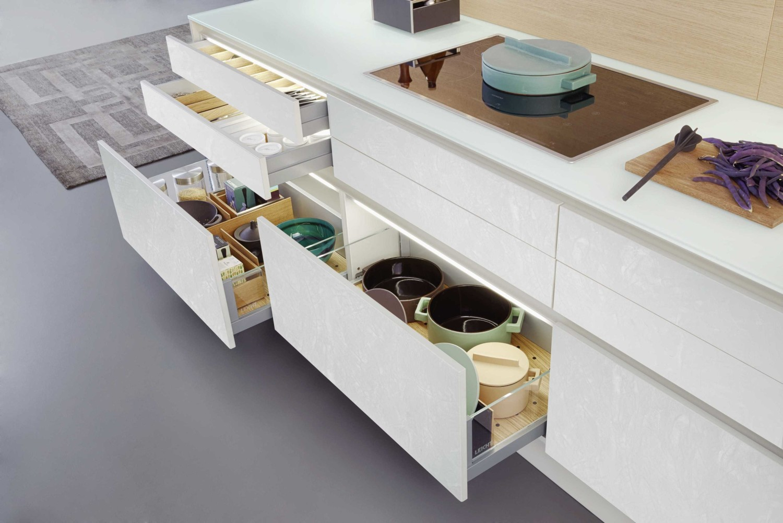 Solusi smart storage pada dapur rumah mewah Residential Pantry 1 karyaLeicht Kitchen [Sumber: arsitag.com]
