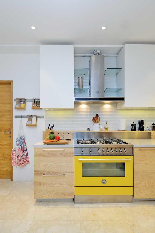 Bahkan aksen terkecil bisa mengubah tampilan keseluruhan desain. Dengan dapur rumah mewah gaya Scandinavian, Anda ingin menambahkan beberapa warna cerah pada nuansa serba putih.