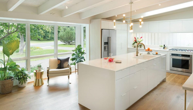 Unsur vegetasi dalam dapur rumah mewah Scandinavian Arden Hills karya Crush Collective designer [Sumber: midwesthomemag.com]