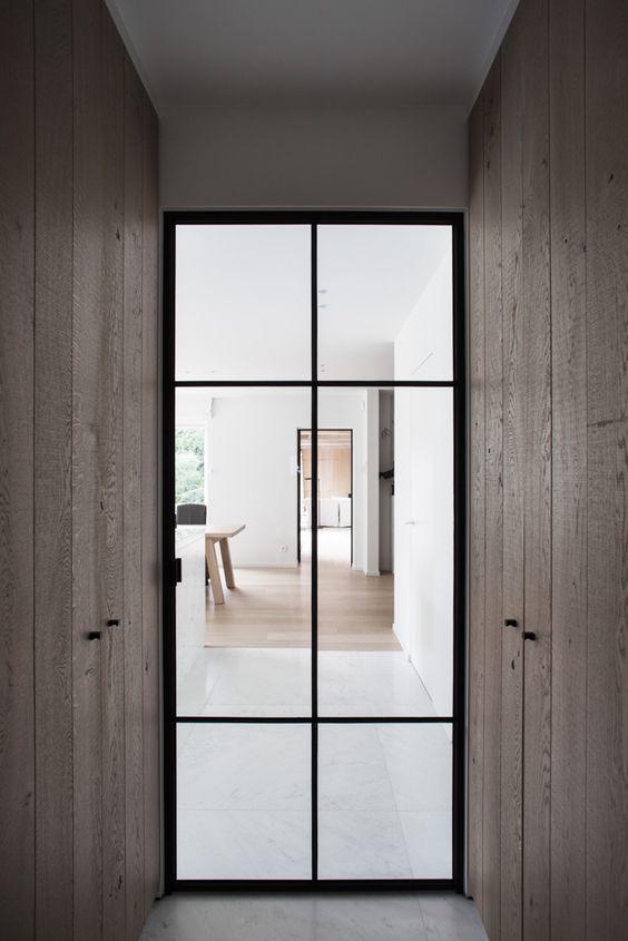 "Kontras antara rangka pintu dengan lorong menjadi ambang batas penting yang menghubungkan antara ruang dalam dan luar. Skala ruang seakan menunjukkan ""pintu depan"" dan, yang lebih penting, memberikan pengalaman tentang transisi ruang dalam dan luar."