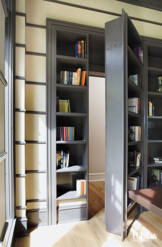 Ukuran dan material dari bagian pintu ini mengikat seluruh elemen yang dibuat seperti lemari. Dalam keadaan terbuka ataupun tertutup, pintu ini tampak seperti bagian dari komposisi keseluruhan unit rak. Menyatukan pintu ke dalam dinding lemari berarti menetapkan kesamaan bahasa di antara setiap unsur yang ada. Kiat ini sangat menguntungkan dalam ruang sempit di mana banyak elemen berbeda yang diposisikan berdekatan.