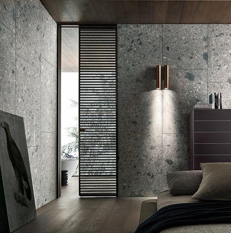 Pintu jenis pocket door ini menjadi elemen planar lainnya dalam komposisi ruangan ini. Tipe pintu ini mampu mengubah sifat ruang. Apabila dalam keadaan terbuka, ruang dan cahaya bergerak bebas di antara setiap kamar. Apabila sedang tertutup, paduan cantik panel kayu yang semi-transparan memberikan privasi, namun tetap terang.