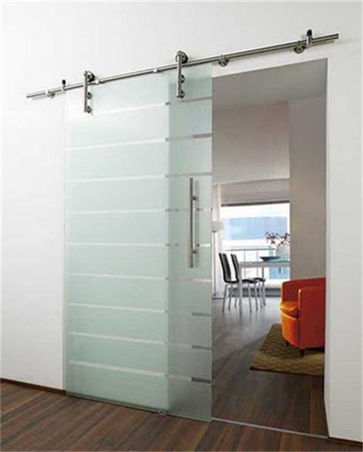 Panel pintu kaca geser ini sesuai dengan proporsi bukaan dinding eksterior, memperkuat ruangan dalam yang berlimpah cahaya. Ketika tertutup, pintu itu menjadi dinding kaca yang membagi ruang dalam dan luar.