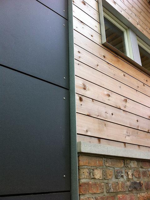 Pada gambar di atas terlihat detail pemasangan panel beton dengan detail panel kayu dan bata ekspos. Bagian tepi panel beton menunjukkan bahwa sistem ini bertindak sebagai pelindung terhadap air, membebaskan udara untuk bergerak di balik lembaran tipis ini, dan menjaga dinding tetap kering.