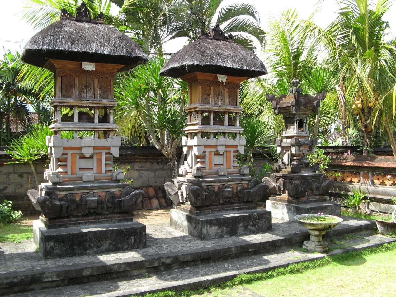Kuil keluarga merupakan area yang paling suci dari keseluruhan kompleks rumah, dan terletak di Timur Laut (Kaja-Kangin) yang diidentifikasikan sebagai kepala dari kompleks rumah. Kuil keluarga ini selalu dikurung di dalam tempat suci (Pamerajan). Kuil yang paling penting adalah Kamulan Sanggah, sebuah kuil yang berisi tiga kompartemen yang didedikasikan untuk trimurti Hindu Brahma, Wisnu dan Siwa.