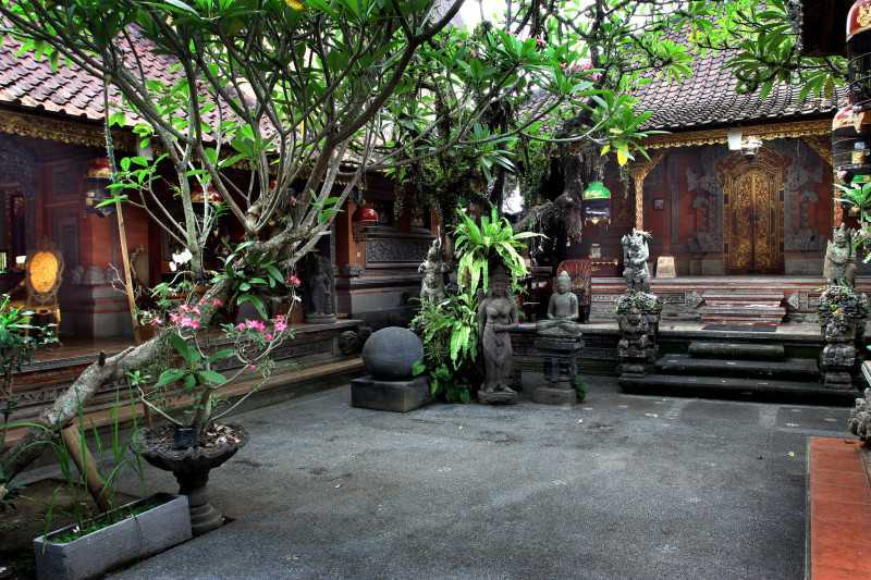 Mirip seperti rumah-rumah tradisional di pulau Jawa, rumah khas Bali dibangun di dalam kompleks yang dikelilingi oleh dinding lumpur bercat putih atau batu bata, bergantung pada kekayaan dari pemilik rumah. Kompleks rumah tradisional Bali didominasi oleh paviliun (bale) yang mengelilingi halaman tengah (natah). Elemen arsitektur lainnya yang ada dalam kompleks rumah ditata sesuai dengan konsep kesakralan yang ada di Bali dan mata angin.