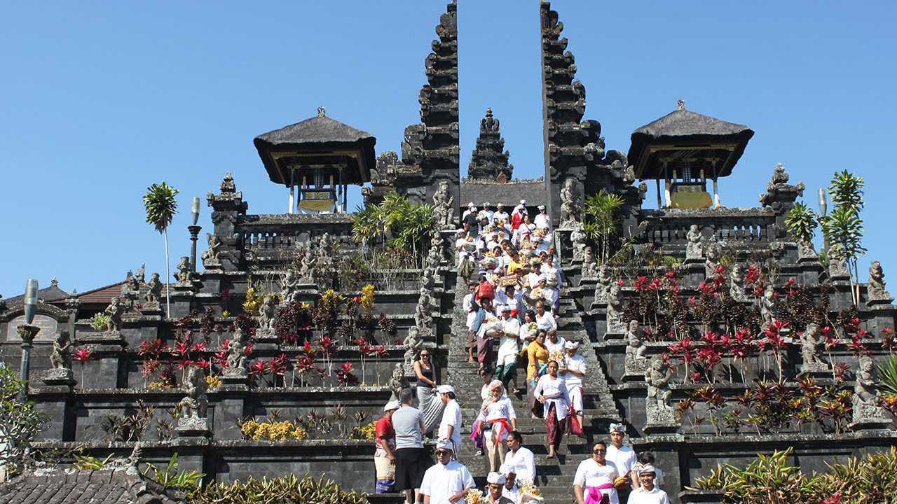 Orientasi kepada hal sakral. Gaya arsitektur Bali yang asli tidak dibuat dengan sembarangan, melainkan dengan konsep dan perhitungan yang matang dan merepresentasikan kesakralan. Tidak hanya pada bangunan pura atau rumah pribadi, bangunan-bangunan kecil lainnya juga didesain dengan mempertimbangkan konsep ini.