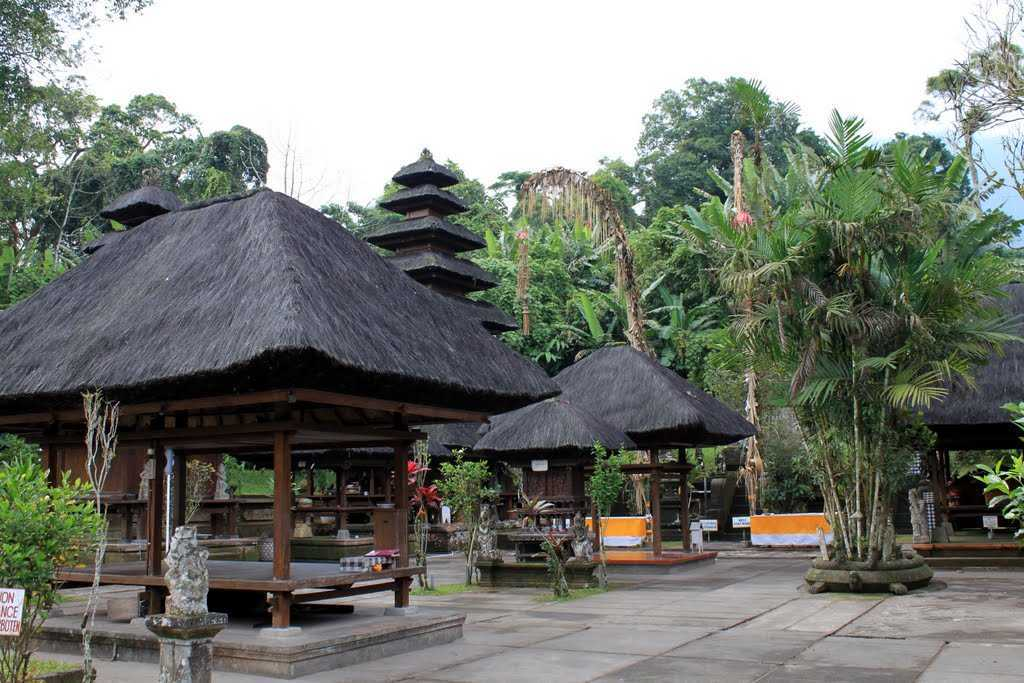 Adanya pengaruh dari kepercayaan Polytheisme. Polytheisme atau pemujaan kepada banyak dewa merupakan kebudayaan awal yang eksis di pulau Bali sebelum kedatangan Hindu ke pulau tersebut. Maka dari itu, di beberapa gaya arsitekturnya masih dapat kita temui unsur-unsur kebudayaan ini. Orang-orang Bali kerap membangun pura atau rumah mereka dengan konsep terbuka, terutama untuk hal-hal yang bersifat peribadatan atau pemujaan kepada dewa-dewa. Bahkan, kita sering melihat dalam satu kompleks pura terdapat lebih dari satu pura di mana masing-masing pura digunakan untuk memuja Dewa yang berbeda.