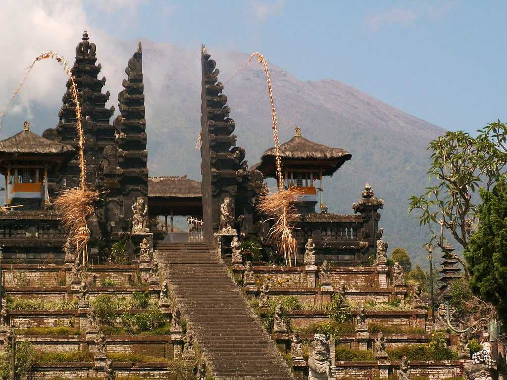 Adanya pura atau kuil umat Hindu. Masuknya agama Hindu di pulau Bali memberikan dampak yang cukup signifikan, terutama pada gaya arsitekturnya. Arsitektur Bali secara umum didominasi oleh pengaruh Hindu sejak kedatangan Majapahit ke pulau ini pada abad 15. Kedatangan Majapahit ini juga meninggalkan kebudayaan berupa teknik pahatan pada batu yang kemudian difungsikan sebagai patung atau Pura. Seiring dengan perkembangan zaman, kehadiran patung dan pura kecil begitu melekat dan identik dengan gaya arsitektur Bali.