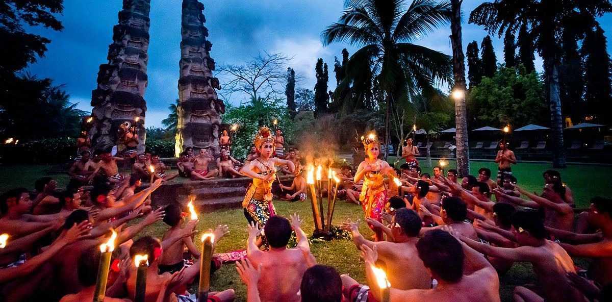 """Arsitektur tradisional Bali tidak terlepas dari keberadaan manuskrip Hindu bernama """"Lontar Asta Kosala Kosali"""" yang memuat tentang aturan-aturan pembuatan rumah atau puri dan aturan tempat pembuatan ibadah atau pura. Dalam Asta Kosala Kosali disebutkan bahwa aturan-aturan pembuatan sebuah rumah harus mengikuti aturan-aturan anatomi tubuh pemilik rumah dengan dibantu sang undagi sebagai pedande atau orang suci yang mempunyai wewenang membantu pembangunan rumah atau pura."""