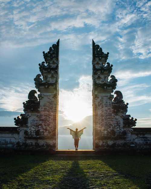 Filosofi dari desain arsitektur Bali berpusat pada agama Hindu, organisasi ruang, dan hubungan sosial yang bersifat komunal. Sebuah rumah atau villa di Bali dibangun dan dirancang dengan 7 filosofi berikut:
