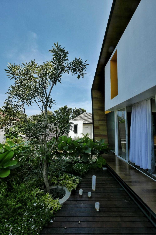 Desain taman rumah minimalis Hybrid House karyaParametr Architecture [Sumber: arsitag.com]