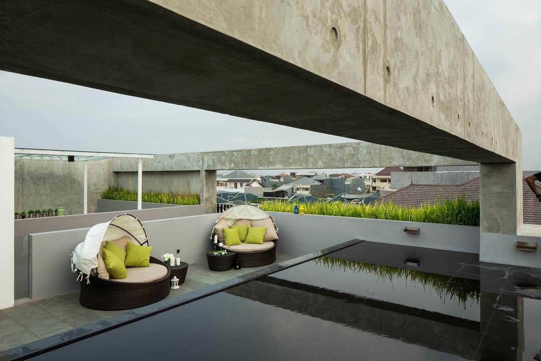 Elemen air untuk desain rooftop garden minimalis S+I House karyaDP+HS Architects [Sumber: arsitag.com]