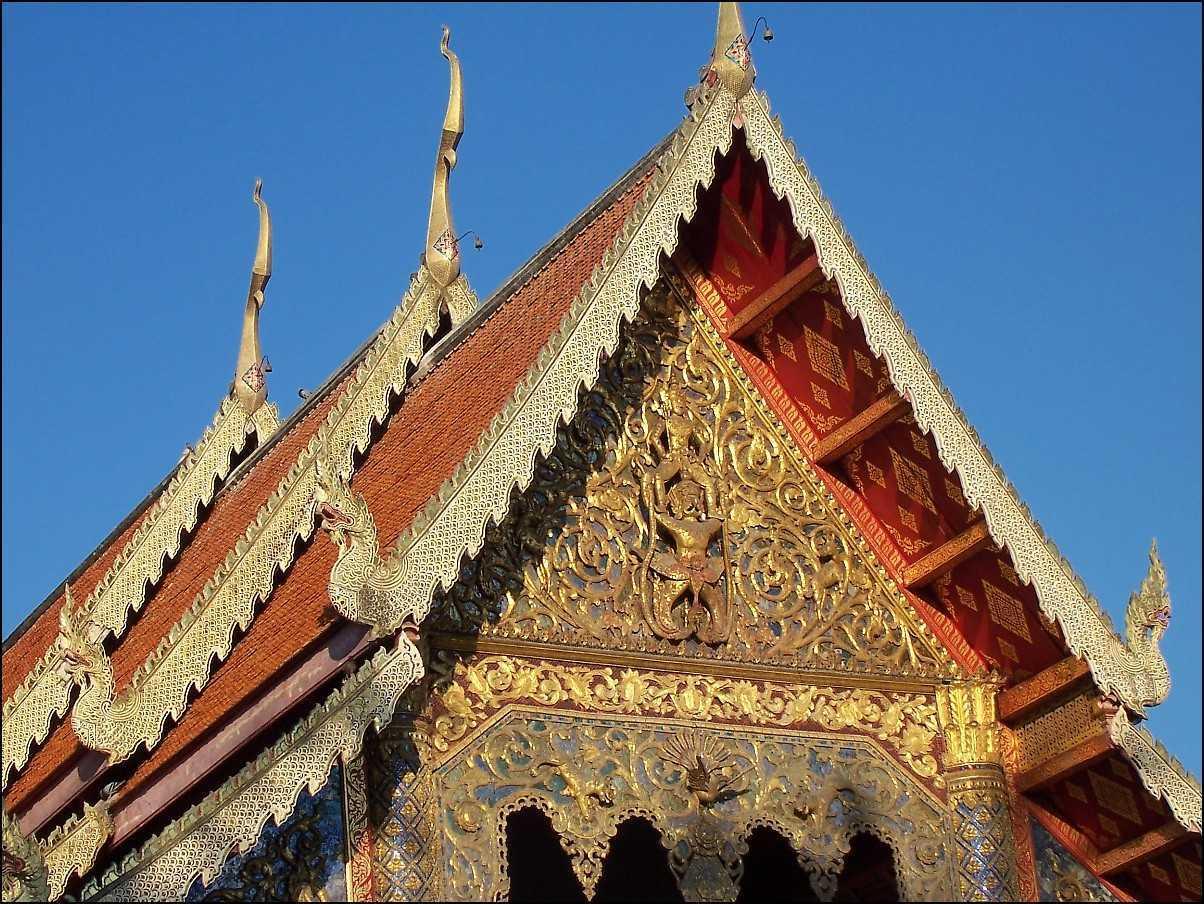Atap khas arsitektur Thailand (Sumber: www.wikiwand.com)