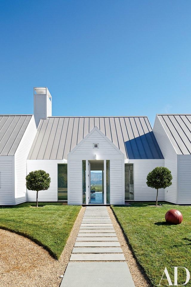 Rumah berikut ini merupakan penggabungan berbagai referensi sejarah, sebagian klasik dan vernakular, serta abad pertengahan dan modern. Ketinggian bangunan ini menggambarkan simetri klasik, keseimbangan dan massa; atap curam mengadopsi desain rumah abad pertengahan; dan detail minimalis akhirnya mendefinisikannya sebagai modern.